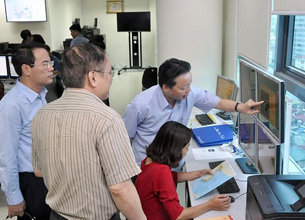 Bộ trưởng Trần Hồng Hà kiểm tra công tác ứng trực dự báo cơn bão số 10 tại Trung tâm KTTV Quốc gia